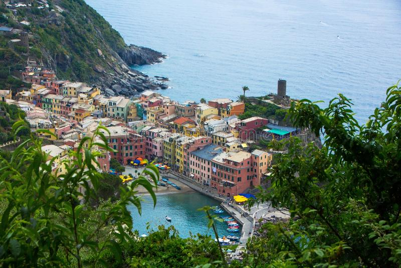 Piękny miasteczko Vernazza w Cinque Terre parku narodowym Widok na Vernazza Castello Doria stary forteca i wierza fotografia stock