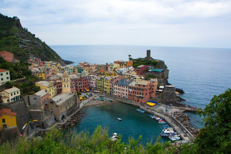 Piękny miasteczko Vernazza w Cinque Terre parku narodowym Widok na Vernazza Castello Doria stary forteca i wierza zdjęcie stock