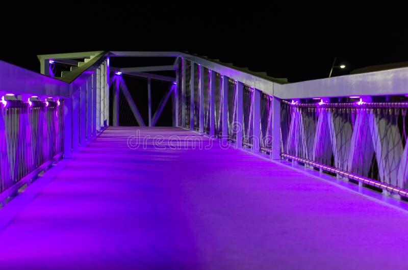Piękny miasto most z purpurowym i błękitem zaświeca nowożytną miasto architekturę w Scheveningen holandii miasta miastowa sceneri zdjęcia stock