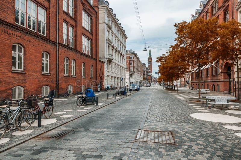 Piękny miastowy jesień krajobraz, ulica w historycznym cente zdjęcia stock