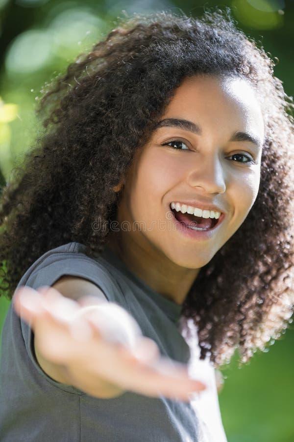 Piękny Mieszany Biegowy amerykanin afrykańskiego pochodzenia dziewczyny nastolatek obraz royalty free