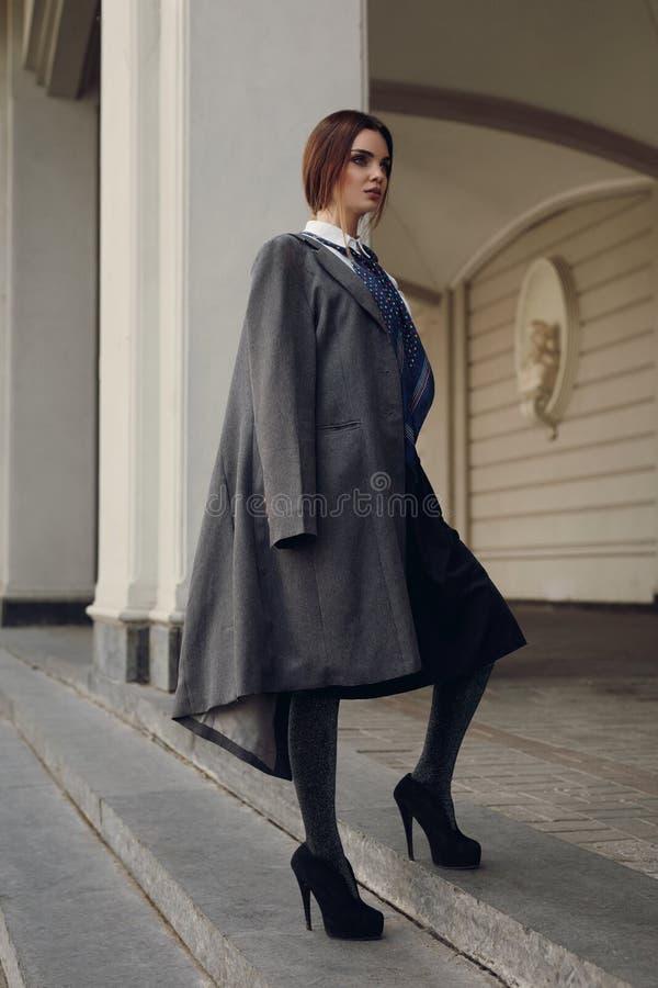 Piękny moda model W Modnej odzieży Na ulicie obraz stock