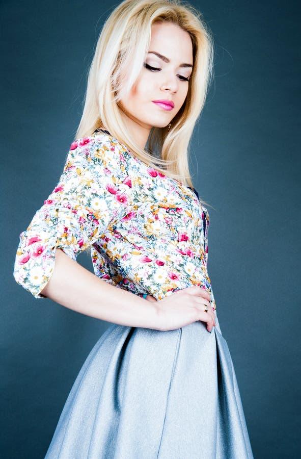 Piękny moda model z blondynem Portreta splendoru dziewczyna perfect uzupełniał obraz royalty free