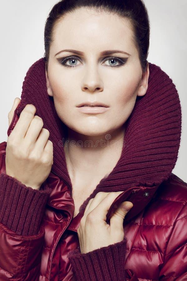 Piękny moda model z ciemnym włosy. obraz royalty free