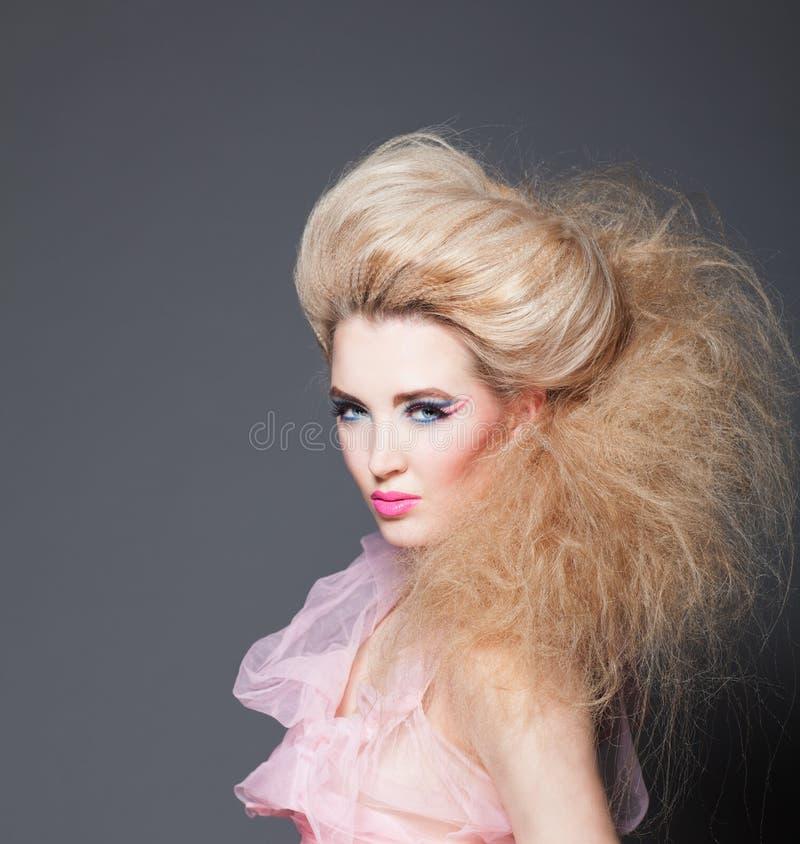 Piękny model blondynka z kreatywnie hairdress i makijaż fotografia royalty free