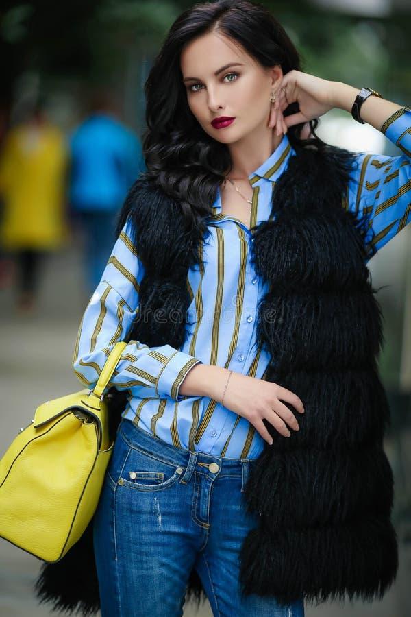 Piękny model kobiecy z torbą w ręku podczas podróży do stolicy Europy zdjęcie stock