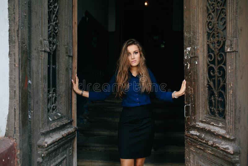 Piękny model otwiera starego drzwi zdjęcie stock