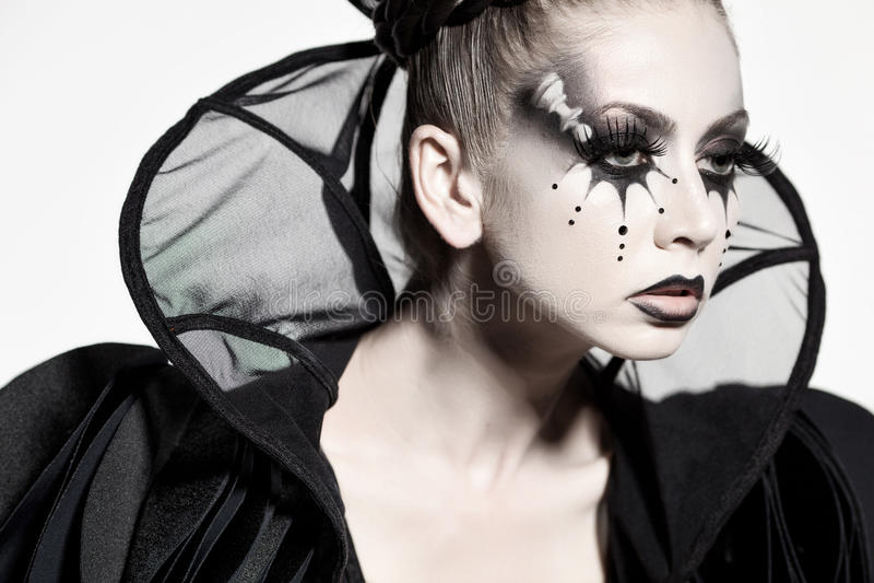 Piękny model pozuje jako szachowa królowa - fantazja makijaż obraz royalty free