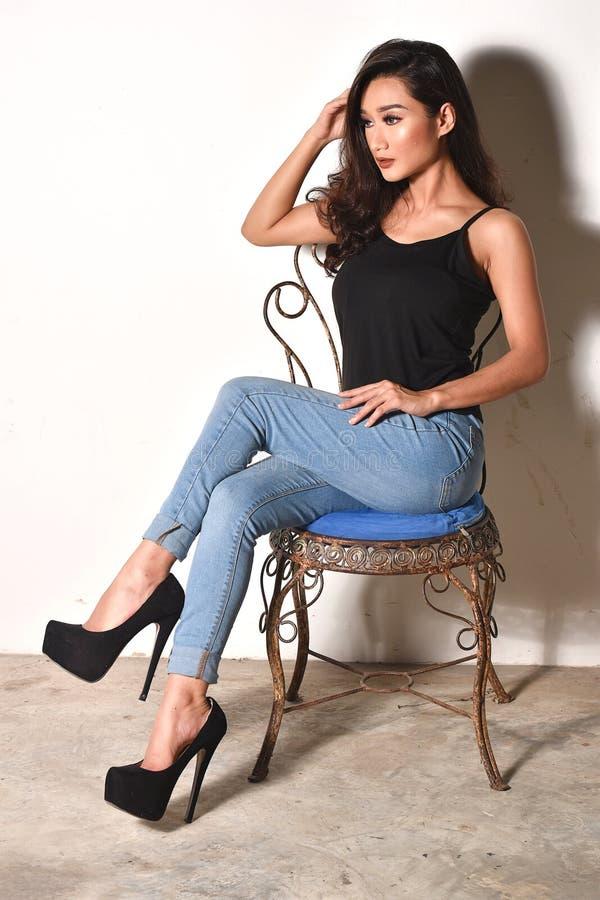 Piękny model Siedzi Swobodnie W krześle obrazy stock