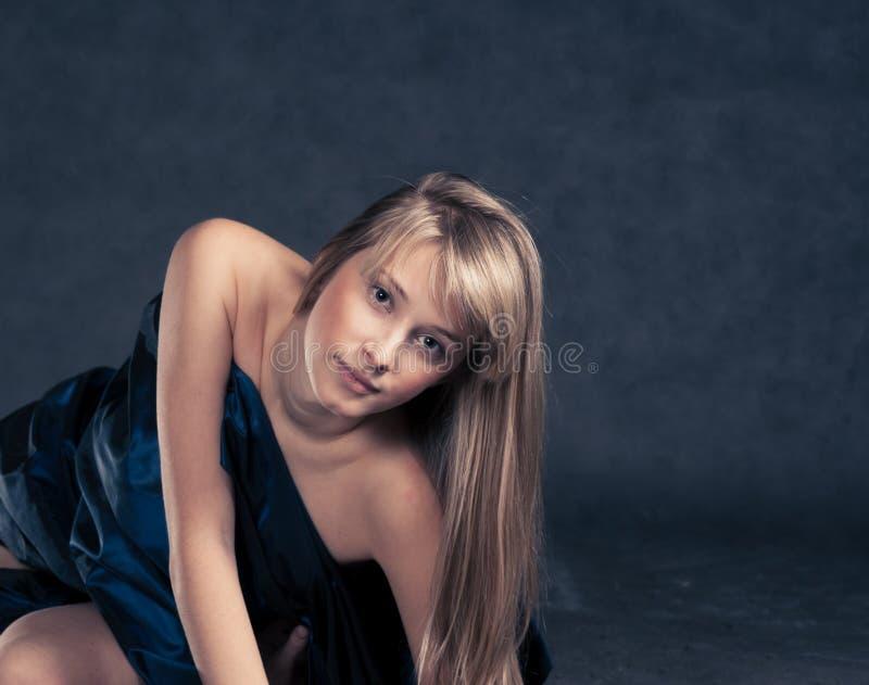 Piękny model ubierał w fabrick kłaść na podłoga obrazy stock