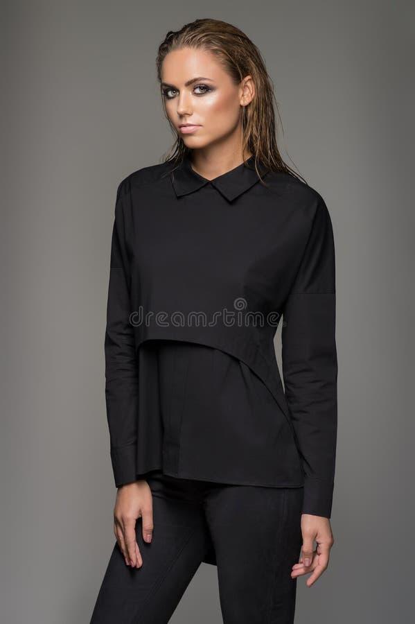 Piękny model w modzie odziewa zdjęcie royalty free