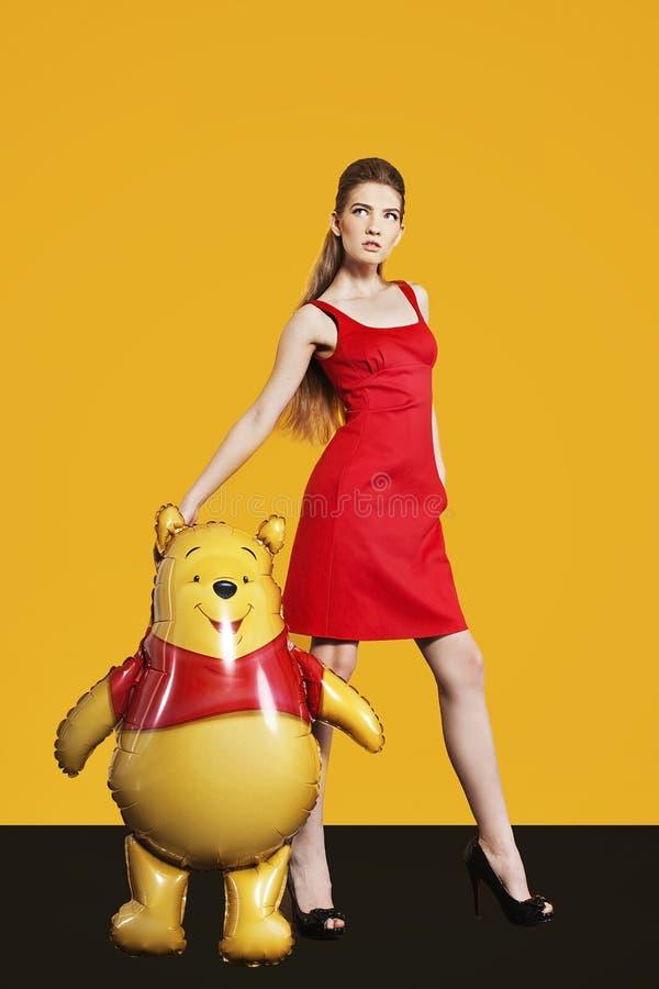 Piękny model z balonem na żółtym tle obrazy royalty free