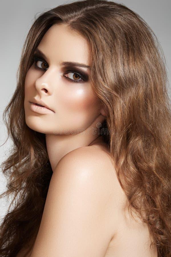Piękny model z długim tomowym włosy i makijażem obrazy royalty free