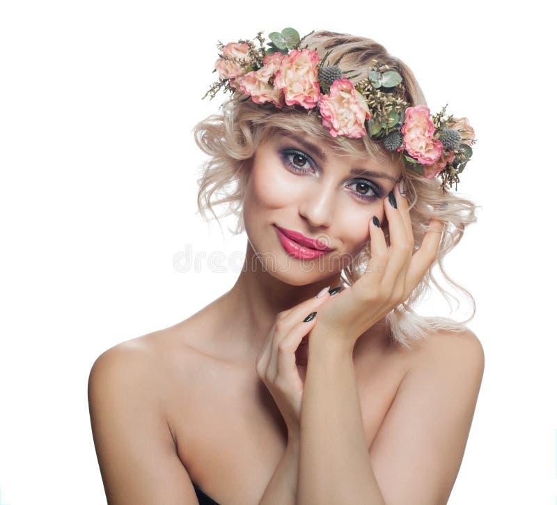 Piękny model z Krótkim ostrzyżeniem, Makeup, Robiącymi manikiur gwoździami i kwiatami Odizolowywającymi na bielu, fotografia royalty free