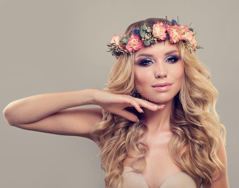 Piękny model z wiosna Kwiecistym wiankiem, Długie Włosy zdjęcia stock