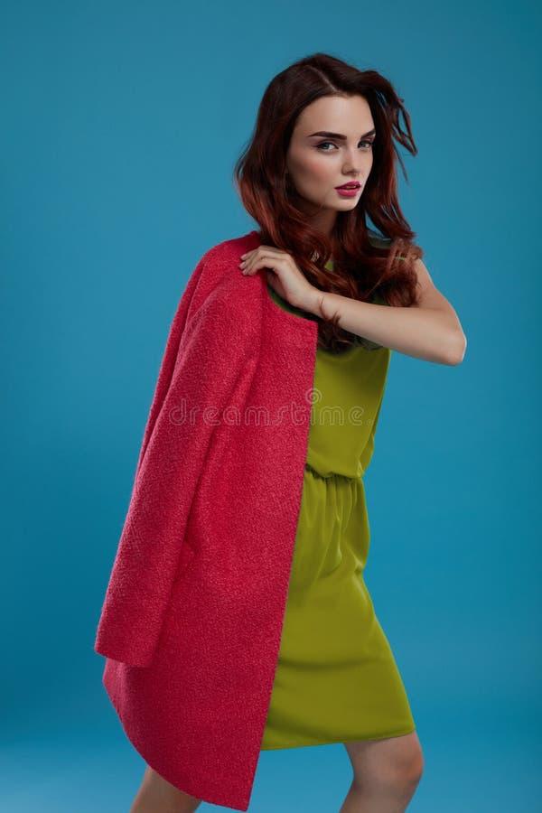 Piękny mody kobiety model W Modnych ubraniach W studiu zdjęcie stock