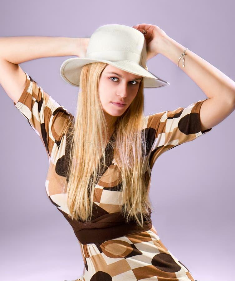 Piękny mody kobiety portret z biały kapeluszem zdjęcie royalty free
