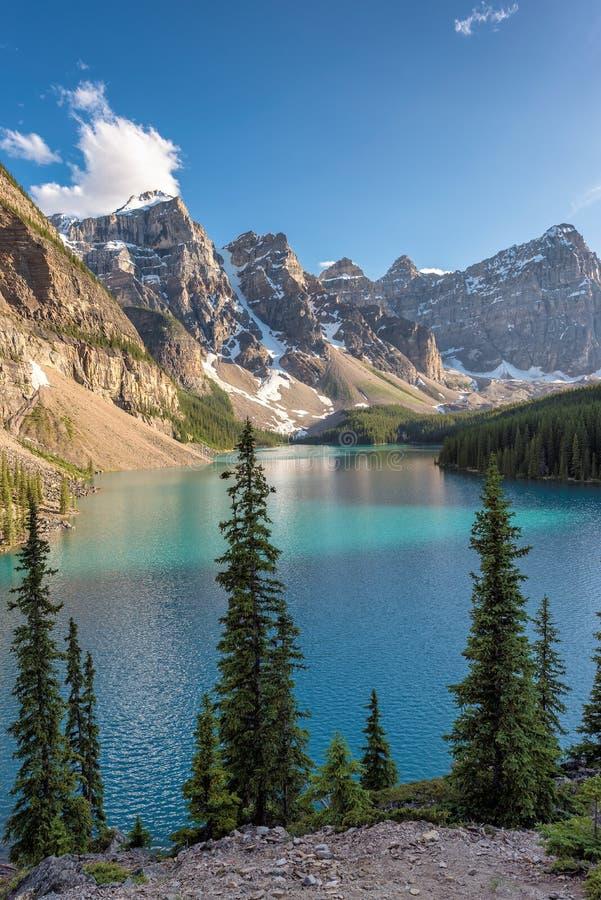 Piękny Morena jezioro przy zmierzchem, pionowo obraz stock