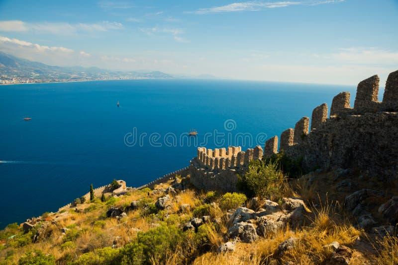 Piękny morze krajobraz Alanya kasztel w Antalya okręgu, Turcja, Azja Lato jaskrawy dzień i denny brzeg zdjęcie stock