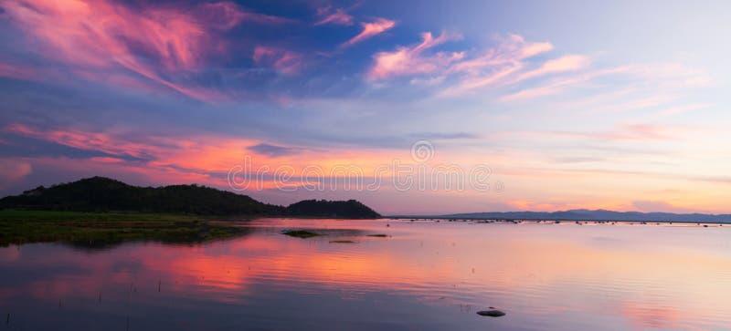 Piękny mroczny niebo światło nad tropikalny jezioro, delikatnie - menchia chmurnieje przeciw niebieskiemu niebu przy półmrokiem obraz stock