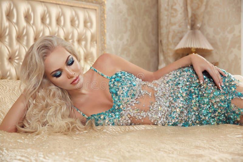 Piękny nęcący seksowny blond kobieta portret w mody decollet obraz stock