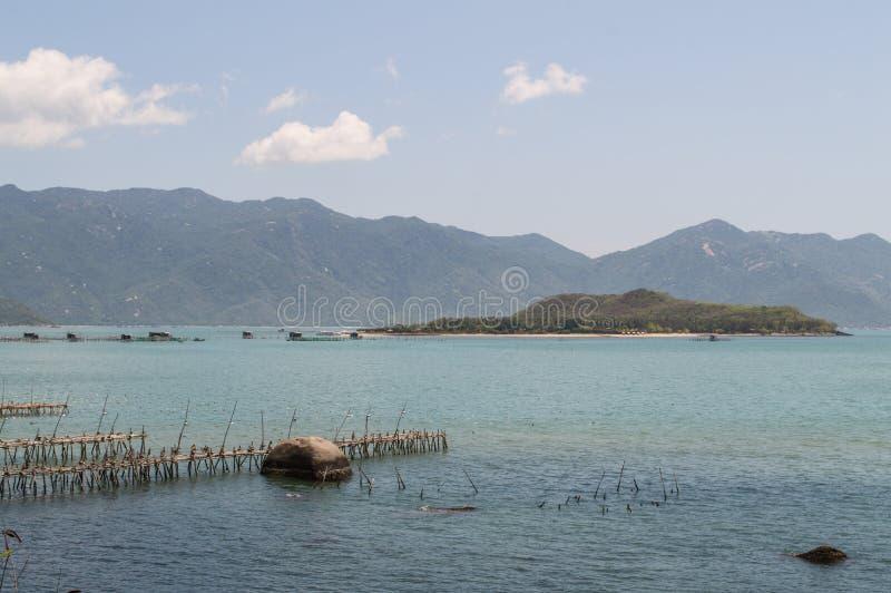 Piękny Nabrzeżny krajobraz z wyspą blisko Nha Trang, Wietnam fotografia stock