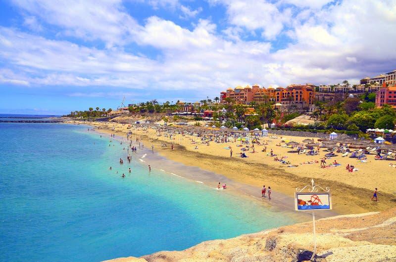 Piękny nabrzeżny widok El Duque plaża z turkus wodą w Costa Adeje, Tenerife, wyspy kanaryjska, Hiszpania zdjęcie stock
