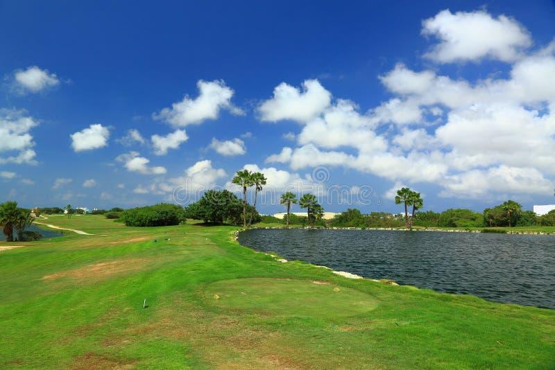 Piękny natura krajobraz Aruba wyspa Zielona trawa, jezioro i niebieskie niebo z białymi chmurami, obraz stock