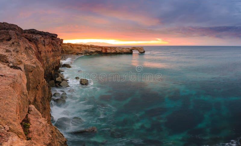 Piękny naturalny duży skała łuk przy zmierzchem blisko Rethimno, Crete obraz stock
