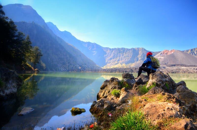Piękny natury tło z niezidentyfikowanym wycieczkowiczem przy Segara Anak jeziorem w wczesnym poranku obrazy stock