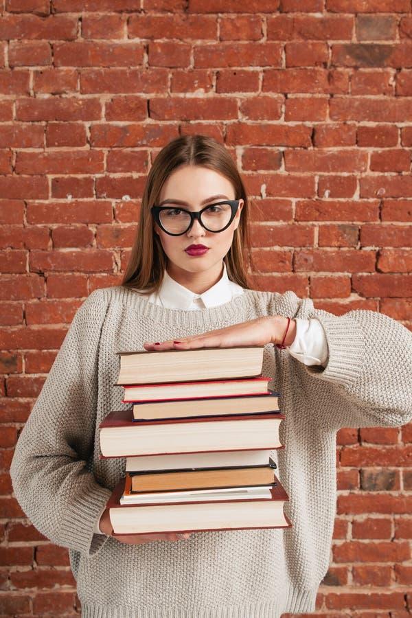 Piękny nauczyciel daje liście książki dla czytać zdjęcie royalty free