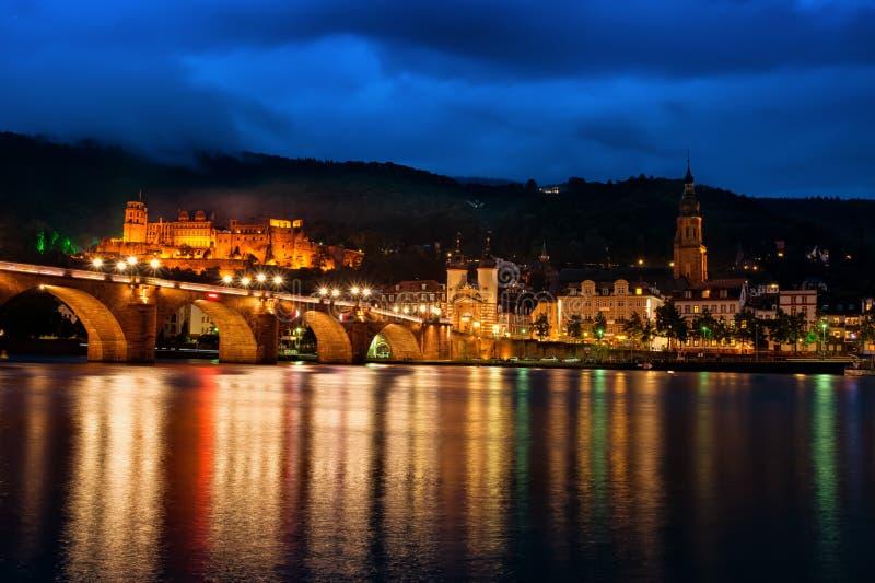 Piękny Neckar Alte Bruecke Mroczny pejzaż miejski Heidelberg Niemcy obraz royalty free