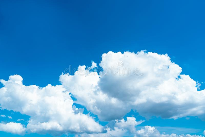 Piękny niebieskie niebo i biały cumulus chmur tło Tło dla pokoju, lato, jaskrawy dzień Use dla szczęśliwego nastroju, zabawa obrazy stock