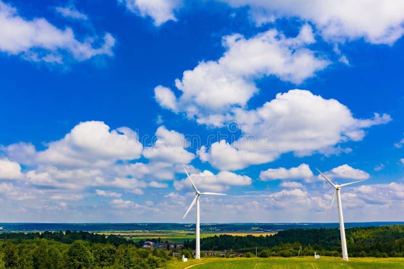 Piękny niebieskie niebo nad górkowaty teren w lecie ?ar?wki poj?cia energetycznego kwiatu zielonego ?wiat?a odnawialny drzewo Sil obraz royalty free