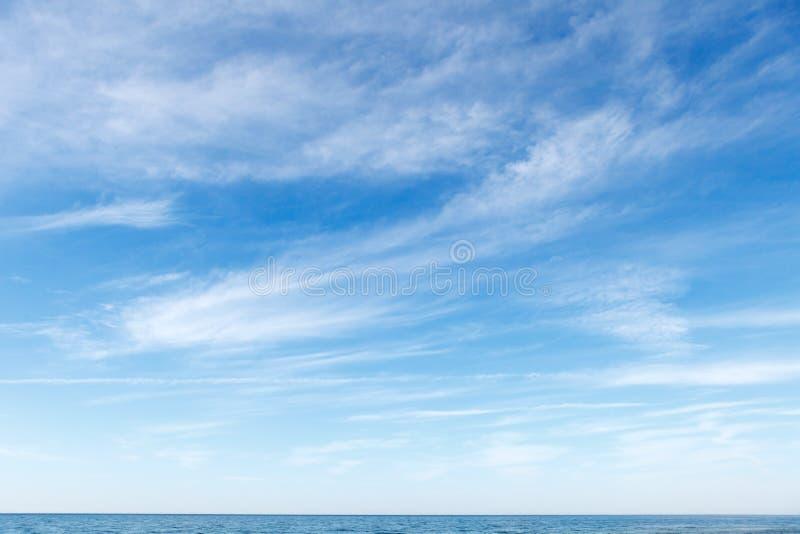 Piękny niebieskie niebo nad morzem z półprzezroczystym, biały, chmur pierzastych chmury zdjęcia royalty free