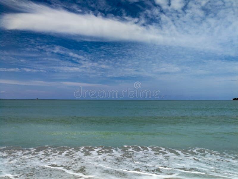 Piękny niebieskie niebo z błękitną ocean fala fotografia royalty free