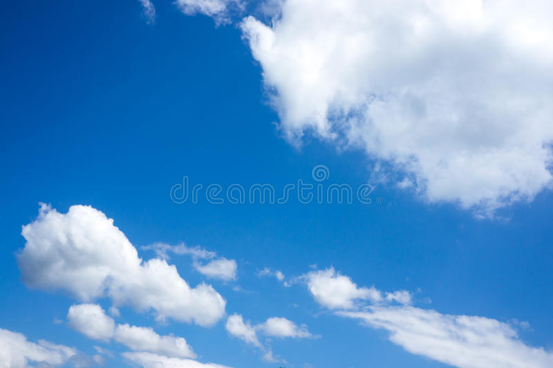Piękny niebieskie niebo z chmurami w kontekście niebieskie chmury odpowiadają trawy zielone niebo białe wispy natury Outdoors na  zdjęcia stock