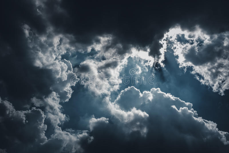 Piękny niebieskie niebo z chmurnym w kontekście niebieskie chmury odpowiadają trawy zielone niebo białe wispy natury Outdoors na  obraz stock