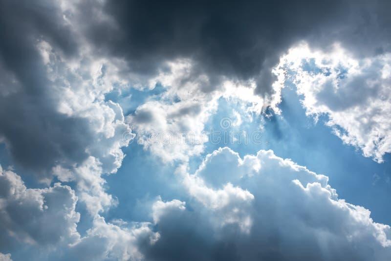 Piękny niebieskie niebo z chmurnym w kontekście niebieskie chmury odpowiadają trawy zielone niebo białe wispy natury Outdoors na  obraz royalty free
