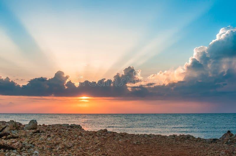 Piękny niebieskiego nieba i pomarańcze słońce za chmurami nad morzem obraz stock