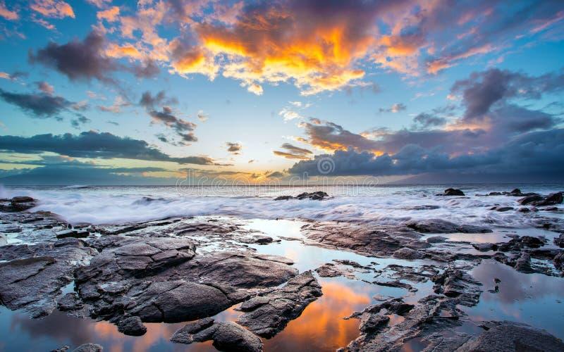 Piękny niebo i skalisty brzeg na wyspie Maui, Hawaje obrazy royalty free