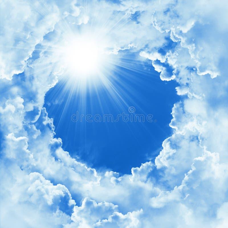 Piękny niebo z chmurą i światłem słonecznym Religii pojęcia nieba nadziemski tło Boski olśniewający niebo, światło słoneczny dzie zdjęcie stock