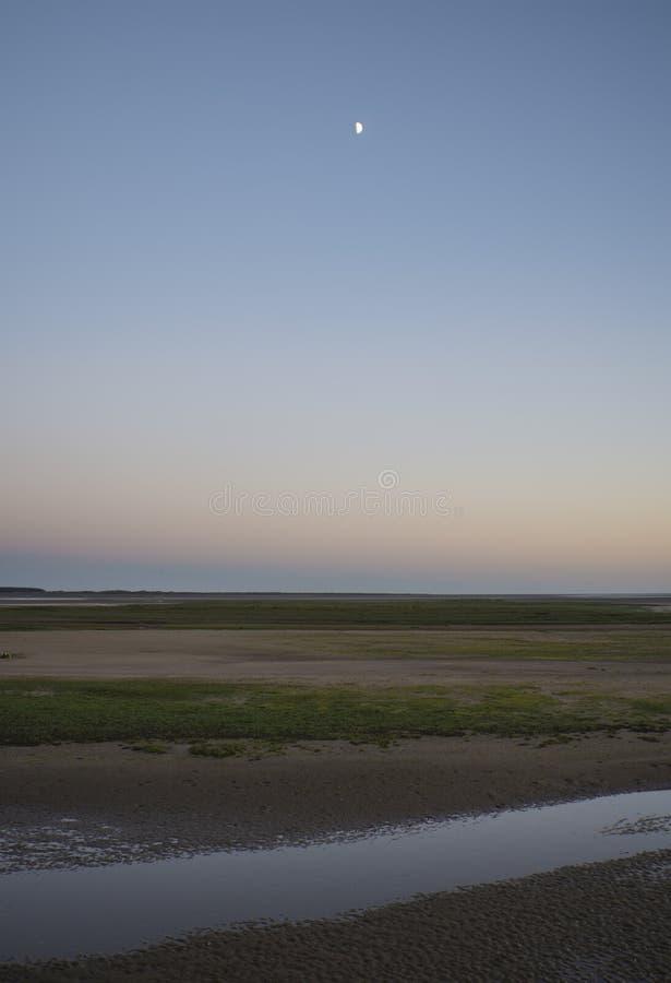 Piękny niskiego przypływu plaży krajobraz podczas zmierzchu w Sumer zdjęcia stock