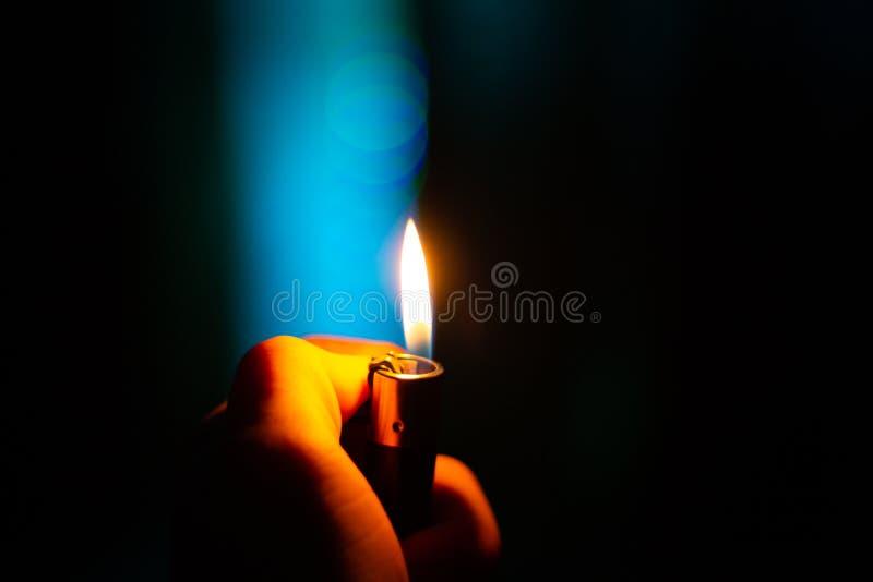 Piękny noc ogień w ręce obrazy royalty free