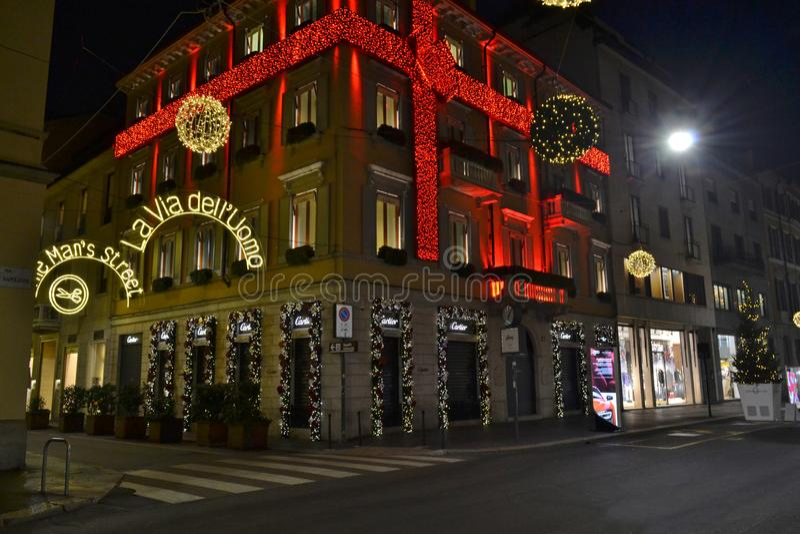 Piękny noc widok dekoruję dla bożych narodzeń w czerwonym lampasa Cartier mody butiku fotografia royalty free