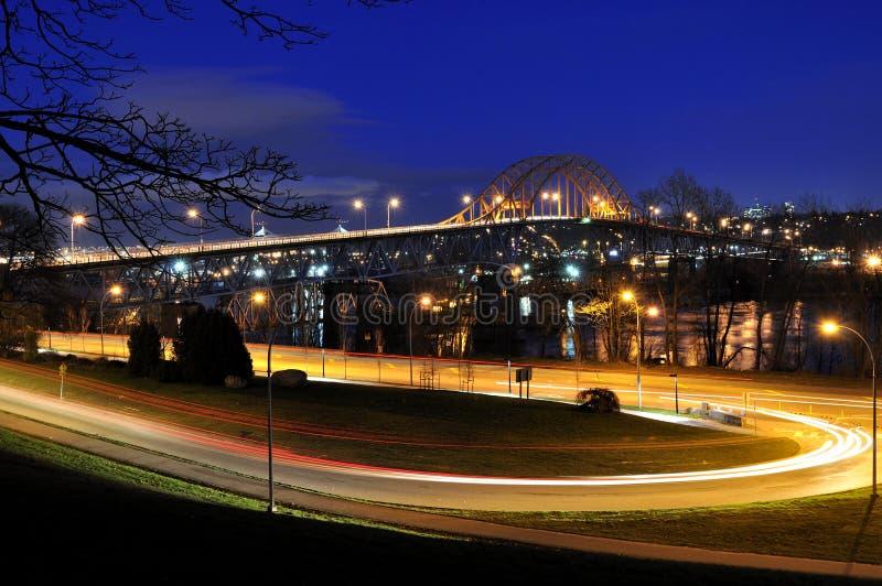 Piękny noc widok droga Prowadzi most zdjęcia stock
