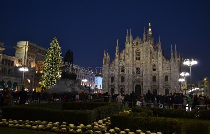 Piękny noc widok Duomo kwadrat Mediolan dekorował z choinką fotografia royalty free