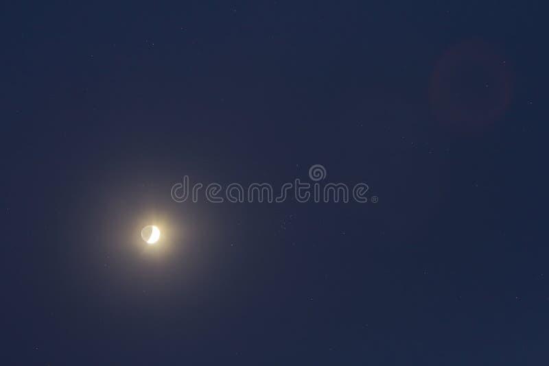 Piękny noc zmrok - niebieskie niebo z gwiazdami i jaskrawym księżyc w pełni Bezbrzeżne przestrzenie wszechświat, piękno i okazało zdjęcia stock
