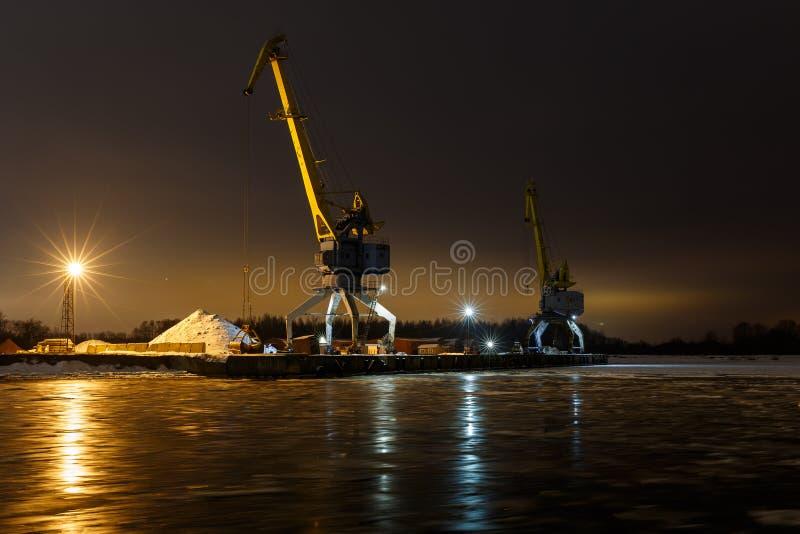 Piękny nocne niebo, lampionu światło, zima krajobraz z rzeką i żuraw, zdjęcie royalty free