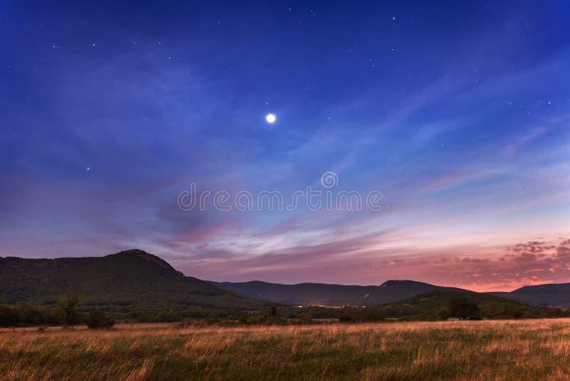 Piękny nocne niebo z gwiazdami i chmurami zdjęcie stock